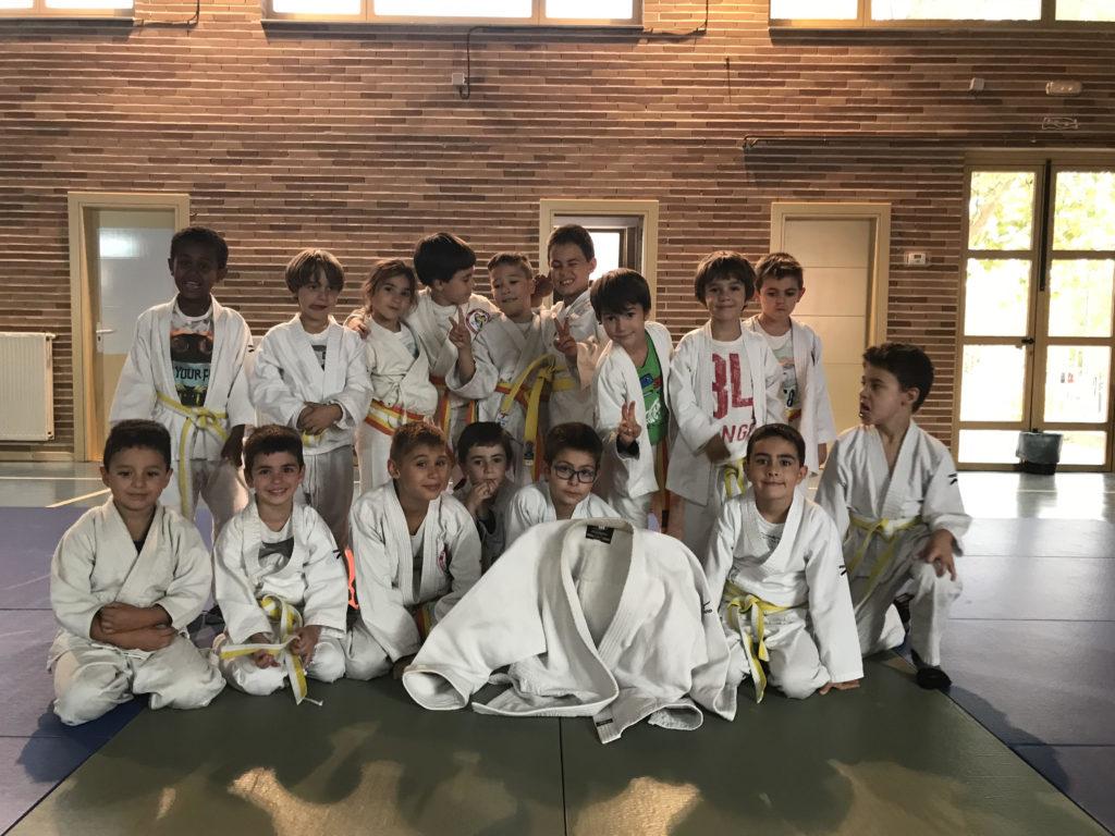 Los alumnos judo de Cabrerizos a punto de jugar a la chaqueta del gigante